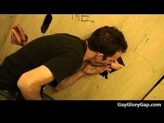 gloryholes y handjobs gay húmedo blowjobs a través de un agujero 14