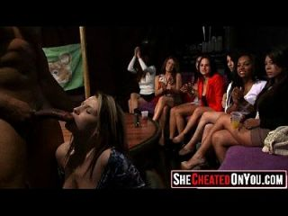 46 strippers se soplaron en la fiesta de sexo cfnm 09