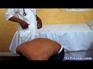 chico asiático amateur aspirado por el médico