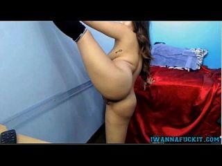 muy linda asiática adolescente muestra y juega con su apretado coño