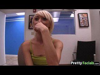 pequeña rubia adolescente obtiene una moretta facial 1.1