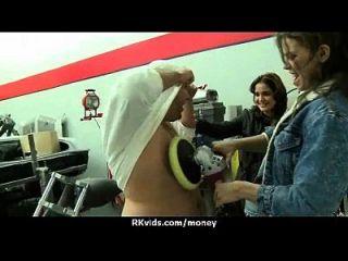 apretado adolescente folla a un hombre delante de la cámara por dinero en efectivo 11