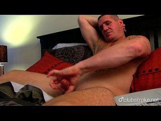 musculoso musculoso masturbándose