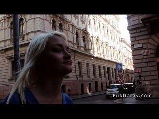 enfermera rubia rusa golpeando en público
