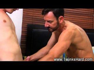 caliente escena gay que pronto descubre que incluso los chicos juveniles como Timo