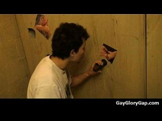 gusanos y handjobs gay húmedo blowjobs a través de un agujero 21