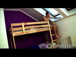 las chicas sexy desnudan a su novio