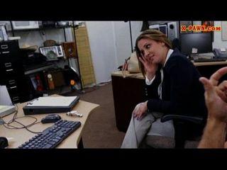 mujer de negocios foxy vender su reloj y atropellado por peón