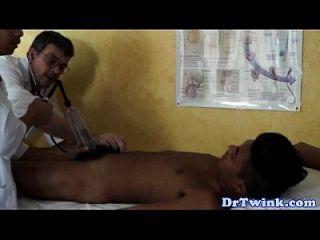 dr twink y asistente dan un paciente a bj