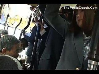 colegiala tiene que dar una mamada en un autobús