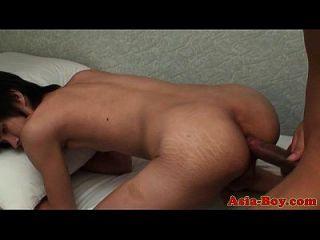 chicos asiáticos adolescentes tienen un poco de diversión anal