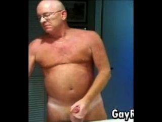 chico aficionado masturbándose