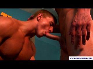 musculoso hombre recto chupando un pene