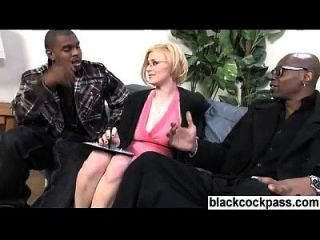rubia con las especificaciones y 2 monstercocks negros