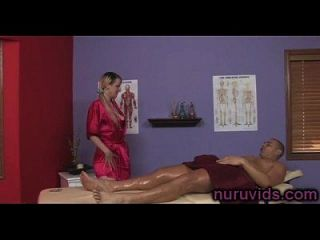 linda rubia tetona da un buen masaje