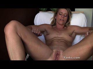 skyla rubia toying su coño y el culo