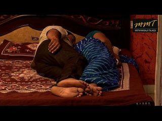 esposa de la casa india compartir la cama con su amigo marido cuando su marido profundamente durmiendo