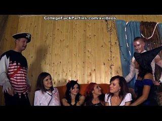 fiesta de tema de horror con la escena 1 de las muchachas de universidad traviesas