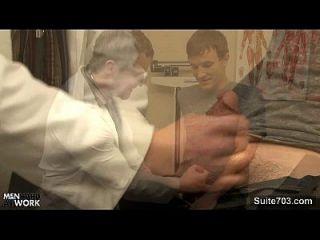 sexy paciente es follada por un médico gay
