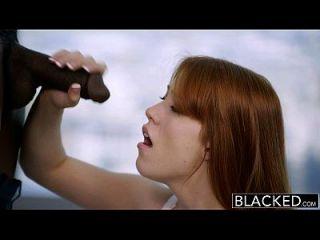 blacked redhead gwen stark disfruta de su primera polla negra!