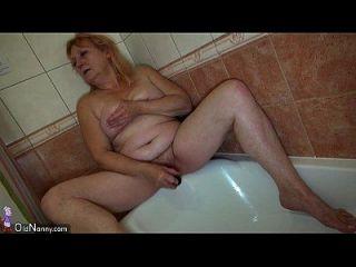 oldnanny dos caliente lesbiana mujer está disfrutando con strapon