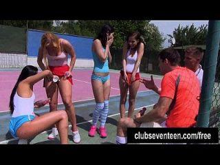cuatro adolescentes basura joder dos chicos en el campo de tenis al aire libre
