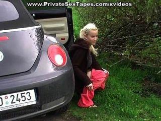 novia sexy amateur se eyaculación en la espalda en el coche