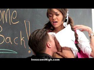 el ayudante de los profesores del busty del innocenthigh consigue golpeado