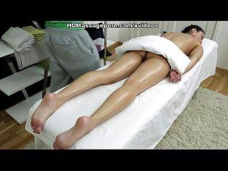 sexmassage hace que la muñeca bonita betty consiga placer verdadero