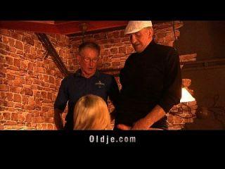 los abuelos de los turistas folla al polluelo americano en un pub