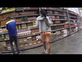 cameltoe y parpadeo en el supermercado