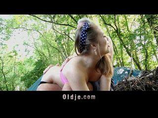 nagging pequeña perra obtiene castigo gallo viejo en el bosque