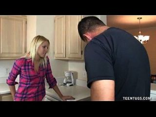 cute teen handjob en la cocina