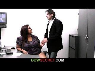 él engaña con la secretaria del ébano y consigue interrumpido