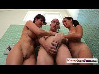 busty cougar milf se une a los adolescentes en la ducha