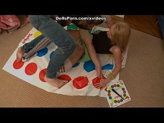 twister y juguete de sexo para una rubia caliente escena 2