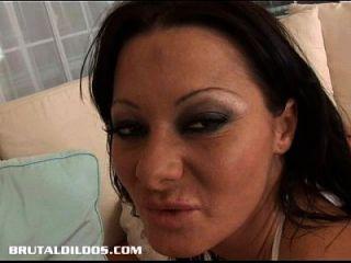 bronceada puta llena su culo con un gran consolador negro