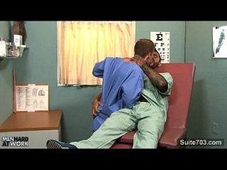 médico gay follar a su paciente en el trabajo