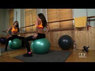 rusa fitness babe se folla en el gimnasio