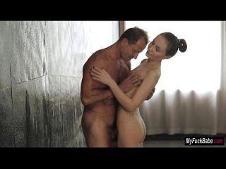 nelly nataly von obtiene algún sexo por la mañana en la ducha