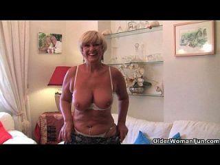abuelita británica con grandes tetas se masturba con su colección de juguetes sexuales