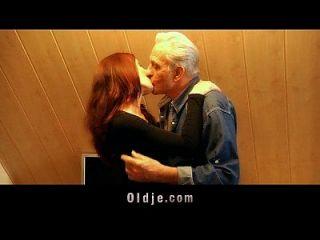 viejo hombre recibe coño joven agradecimiento sexual