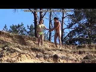 asesino caliente pareja desnuda puta en la desolada orilla del río