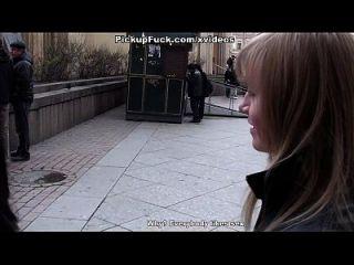 mujer cogida en la boca y culo en el baño