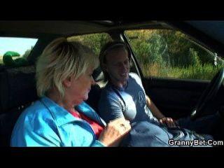 70 años de edad, la abuela se golpea en la carretera