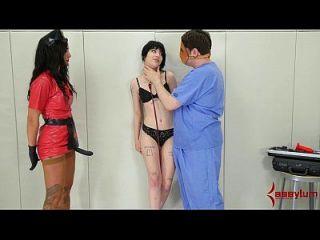 charlotte sartre obtiene tratamiento anal brutal en pysch ward