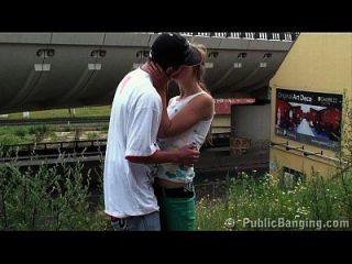 gangbang público joven en una estación de tren