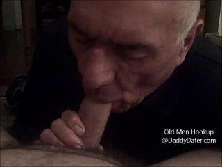 abuelo silverdaddy traga cum de polla sin cortar y me lame los dedos de los pies