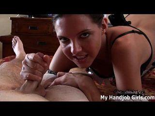 la nueva criada caliente drena sus bolas con sus manos