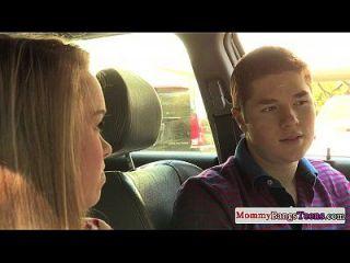milf sex instructor ayuda a los adolescentes a joder